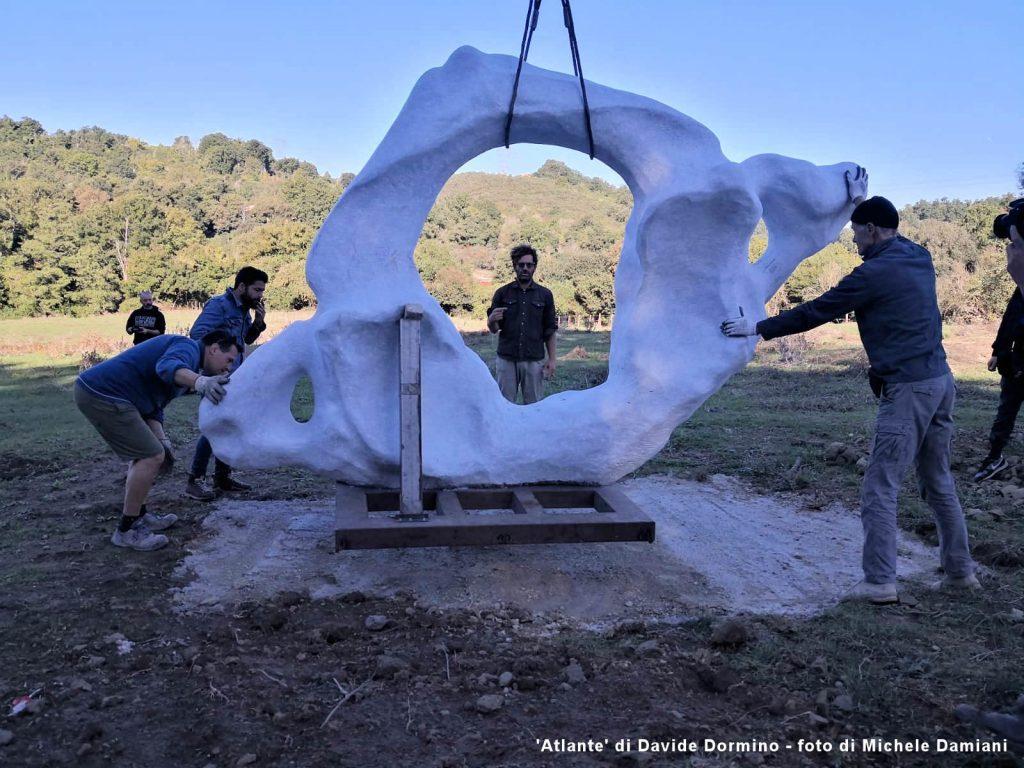 'Atlante' di Davide Dormino in fase di installazione
