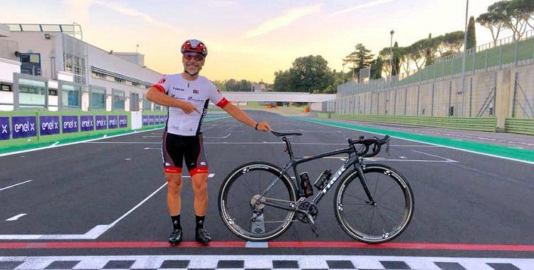 Emiliano Cantagallo e la sua bicicletta sul circuito di Vallelunga